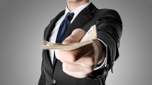 Att ta emot pengar av fel anledning är en muta.