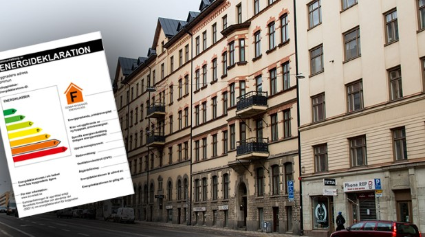 Energideklaration framför en byggnad