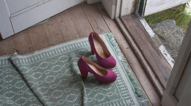 hallgolv med röda högklackade skor, troskel_ingegerd-sundlof_740x413