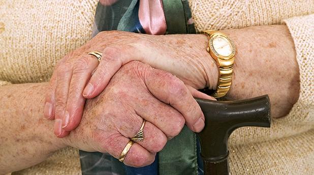 käpp, gamla händer