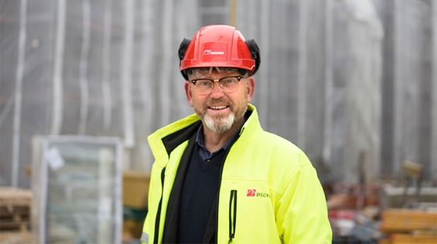 Johan Lindholm ordförande Byggnads på en arbetsplats