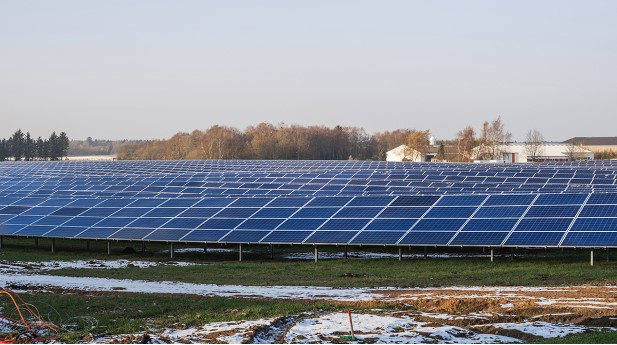 18424687-solar-cell-park-in-the-winter-1