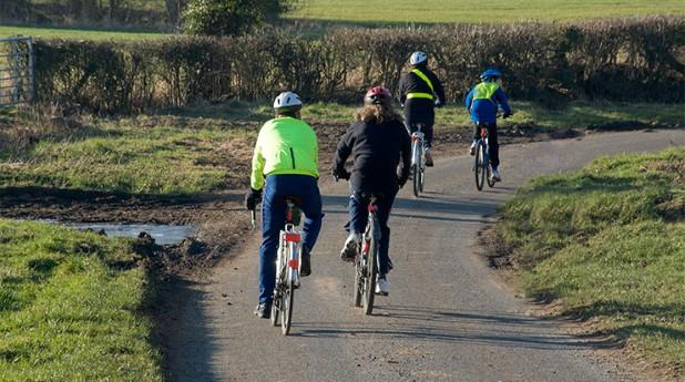 4 cyklister på landsväg. Motion ökar stresståligheten.