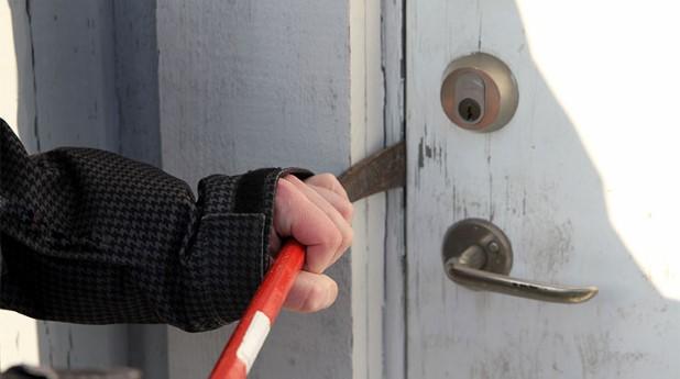 Inbrott via dörr med kofot. tillsammans-mot-brott_mostphotos_740x413