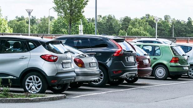 parkeringsplats med bilar_mostphotos