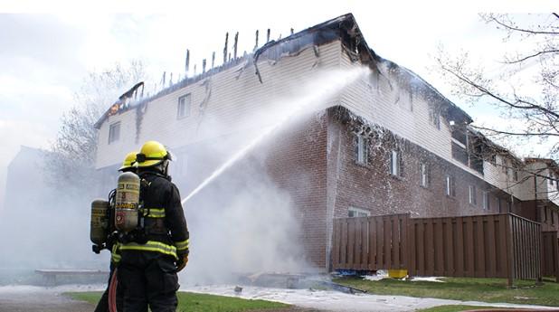lägenhetsbrand, brandmän som släcker_matthew-benoit_740x413