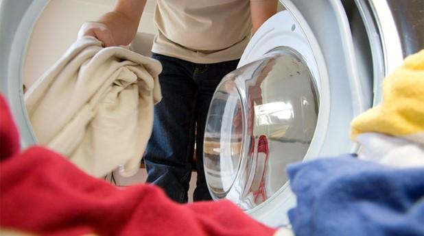 Smutstvätt lastas in i tvättmaskin