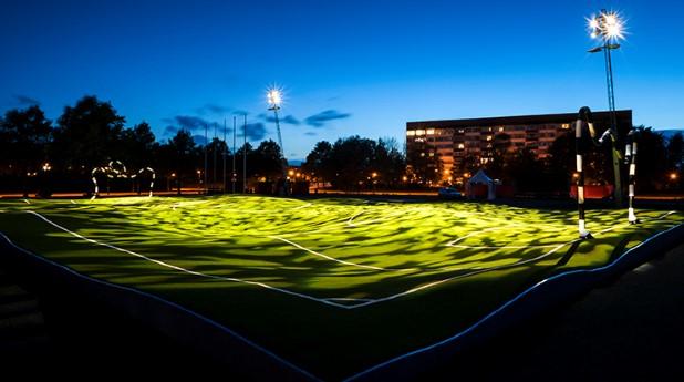 Puckelbollbanan är upplyst med konstbelysning på natten och man kan när som helst tända upp full belysning om man vill spela.