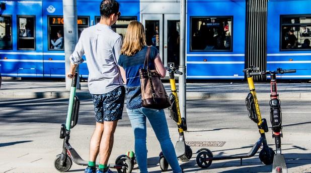 31230038-elsparkcyklar-och-turister.webb