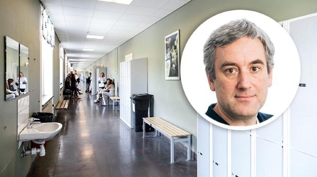 Branko Simanic och  en skolkorridor