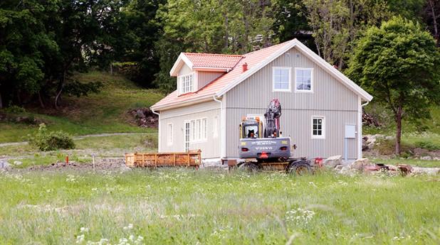 Grått enfamiljshus med grävmaskin på tomten_roland-magnusson_740x314
