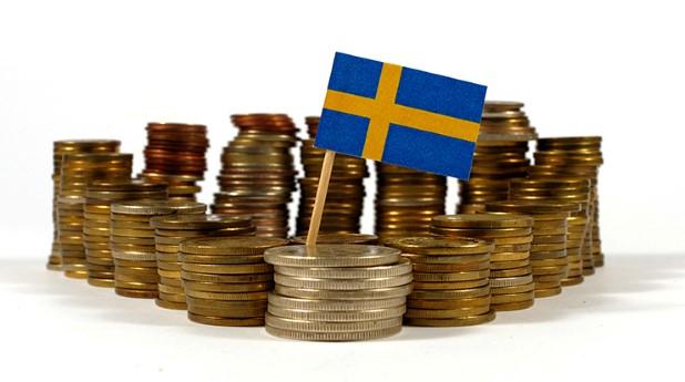 Travar med pengar och svenska flaggan