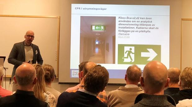 Kristoffer Berglund från Draka Kabel berättar att kablar av klass Dca-s2,d2 även kan användas i utrymningsvägar om en analytisk dimensionering tillämpas av installatören. Kablarna ska då förläggas på en plåthylla.