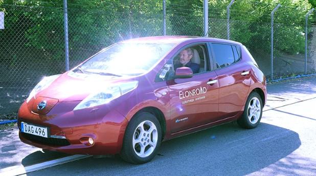 Dan Zethraeus, vd Elonroad, har byggt om sin Nissan Leaf så att den har strömavtagare under som fungerar med skenorna på vägen.