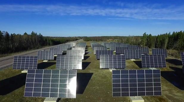Kraftpojkarnas solcellspark består av 90 rörliga solföljare.