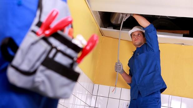 elektriker-arbetar