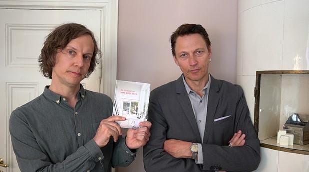Herman Arfwedson och Ola Andersson håller upp sin bok En liten bok om små bostäder.