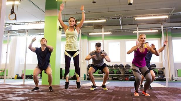 Personer som tränar i ett gym.