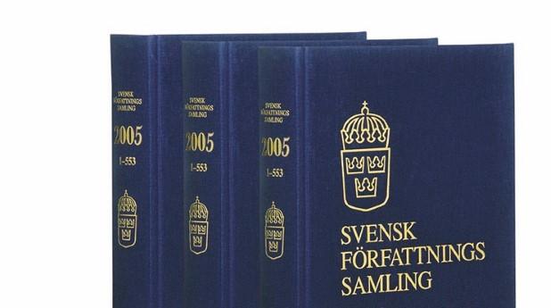 Bild på gamla tryckta blå böcker med svensk författningssamling