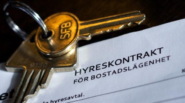 Nyckel placerad på hyreskontrakt