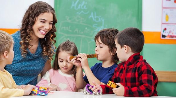 Barn och lärare i förskola
