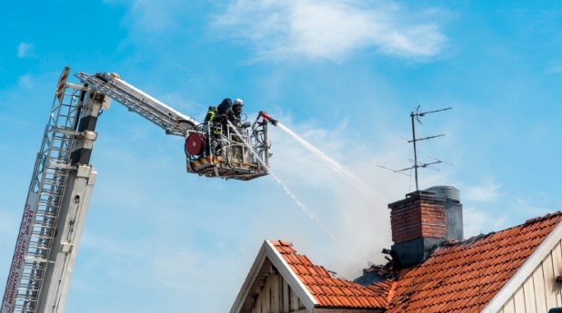 22083973-brandslackning-med-skylift