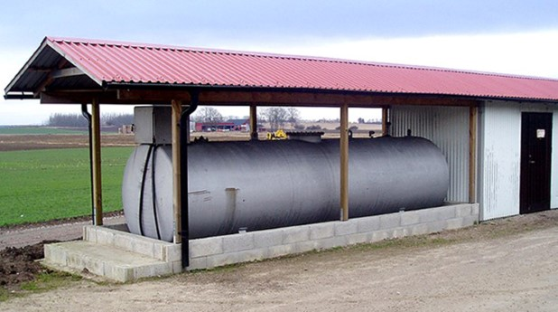 cistern med invallning och nederbördsskydd