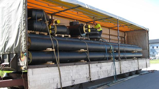 Fjärrvärmerör i lastbil