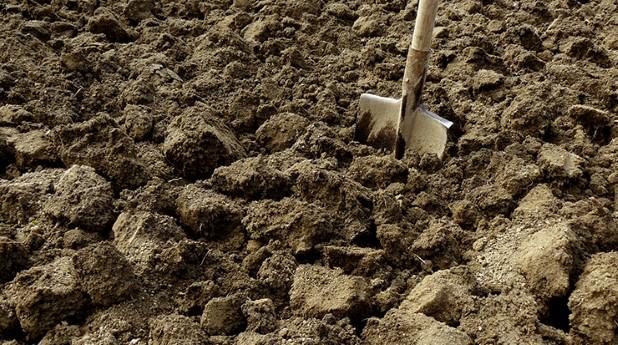 jord-med-spade