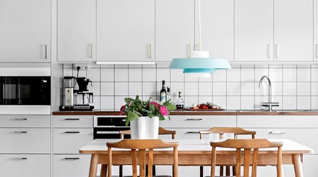 Kök, vita skåpenheter och vitvaror.