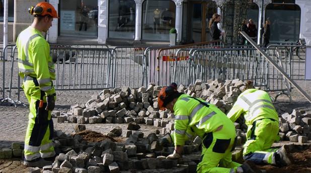 Stensättare i arbete med att lägga gatsen. lex-laval_leif-ingvarson_740x413