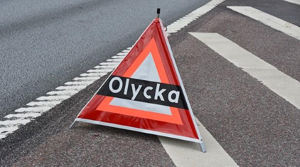 Skylt olycka placerad på asfaltväg.