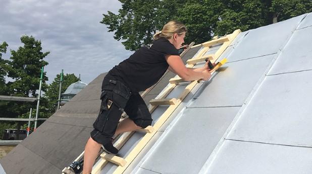 Plåtslagare på ett tak