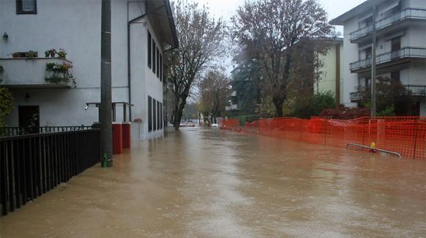 Vattensamling med risk för inträngning i källare med översvämning som resultat.