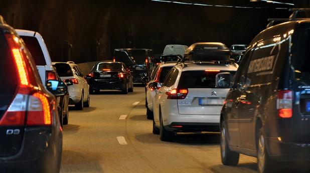 Bilkö i en vägtunnel