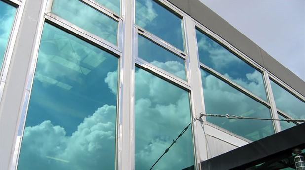 fonsterglas belagt med titandioxid för fotokatalytisk rening aav inomhusluft