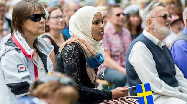 Firande av högtid, kvinna med flagga