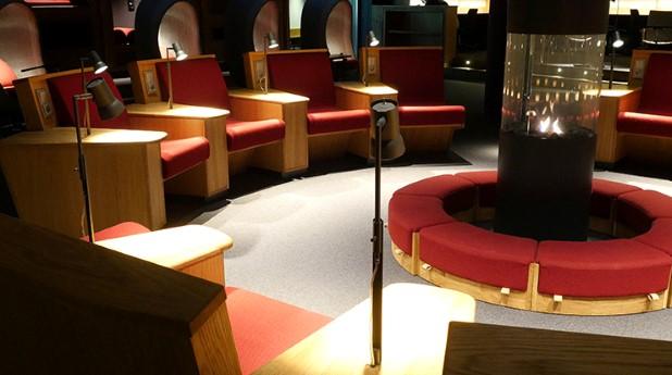 Den nya läsesalen i det gamla skyddsrummet på Ekonomikum erbjuder en stor variation av sittplatser samt en brasa mitt i rummet.