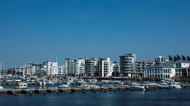 Vita flerbostadshus vid kajen i Helsingborg