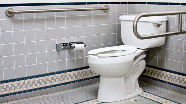 bostadsanpassning stödhandtag på vägg och vid wc-stol i badrum_dave-willman_740x413