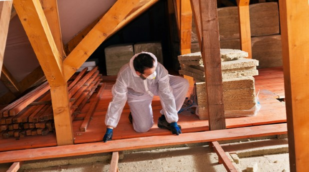 10757132-laying-thermal-insulation-installing-the-planking
