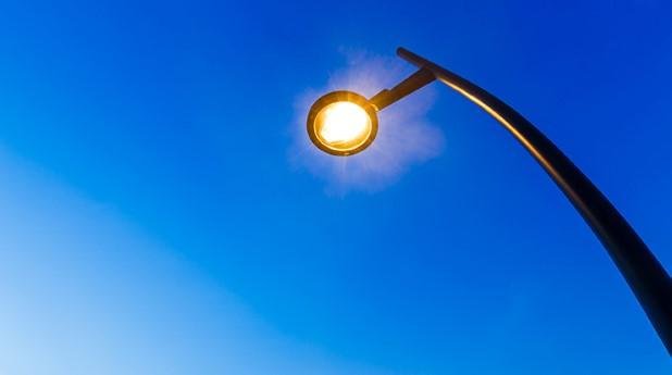 gatubelysning lampa mot klarblå himmel_mostphotos_740x413