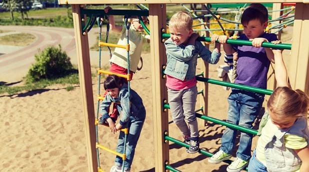 lekplats_Barn klättrar i klätterställning_syda-productions_740x413