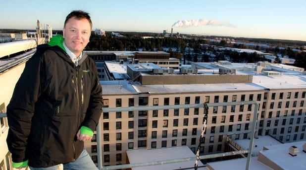 Hans Johansson framför Umeå sjukhus
