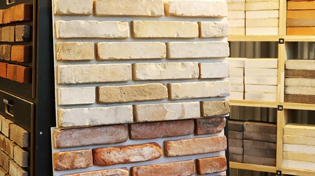 Med återbrukat tegel går det att laga fasader utan att lagningen märks. I Danmark är metoden etablerad och i Sverige växer intresset.