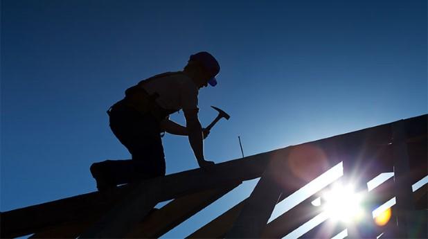 Arbetare som spikar på tak. takarbetare_740x413_mostphotos