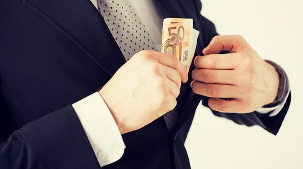 stoppar-pengar-i-egen-ficka