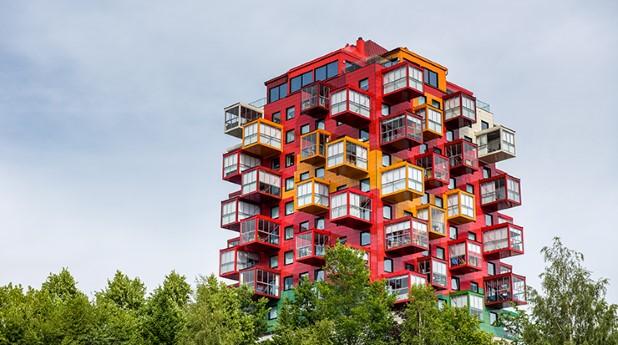 Balkonger i olika röda nyanser på en fastighet i Örnsköldsvik.