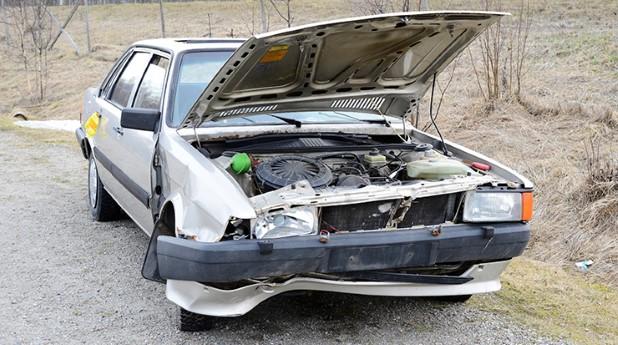overgiven rostig skrotbil med öppen motorhuv