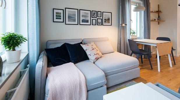 Fullt möblerat vardagsrum i en lägenhet hos Veidekke i Kallhäll.
